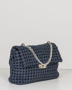 Non chiamatele borsette blu! Questi 9 modelli di borse eleganti sono l'accessorio must have che colorerà il vostro 2018 - ELLE.it