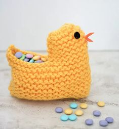 Looking for something cute to spruce up your Easter decor? This Knit Easter Chick Basket is easy and fun to make! It's knit flat (entirely in Garter Stitch), so it's perfect for beginners. Baby Knitting Patterns, Knitting For Kids, Knitting For Beginners, Easy Knitting, Knitting Projects, Crochet Patterns, Knitting Ideas, Sweater Patterns, Knitting Tutorials