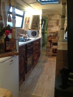 Small kitchen: 70 functional ideas of decoration and projects - Home Fashion Trend Narrowboat Kitchen, Narrowboat Interiors, Canal Barge, Canal Boat, Barge Interior, Boat Pics, Small American Kitchens, Narrow Shelves, Houseboat Living