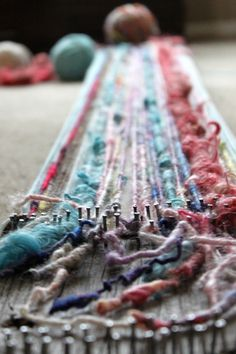 loom scarf tutorial (could use this type of loom for all sorts of stuff) weven is ook leuk! Yarn Crafts, Fabric Crafts, Sewing Crafts, Diy Crafts, Yarn Projects, Sewing Projects, Loom Scarf, Diy Scarf, How To Make Scarf