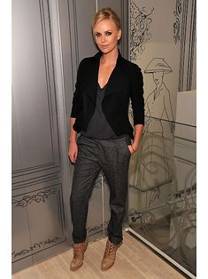 Charlize Theron trägt hier Tweethose, dunkelgraues Shirt und Blazer: Eine super Kombi, wie wir finden.