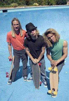 the three gangsters that pioneered vert skating in pirated dry pools in SoCal in the late - in the process became rock star legends from the infamous Dog Town Stacy Peralta - Jay Adams -Tony Alva (Lords of Dogtown film) Jay Adams, Lords Of Dogtown, Stacy Peralta, Old School Skateboards, Vintage Skateboards, Tony Alva, Skate And Destroy, Z Boys, Black And White