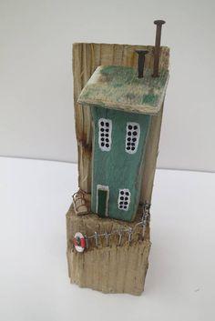 Se trata de un hecho a mano, única escultura de una cabaña de pescadores junto al mar en una natural seasculpted pedazo de madera. Esta pieza es uno de mis artículos más pequeño con un solo edificio encaramado en un pequeño bloque de madera seawashed. Esta pieza, como todas mis