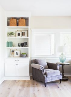 White built-ins in the dining room + leather baskets + layered frames + ceramic vases + painted books White Furniture, Cheap Furniture, Discount Furniture, Plywood Furniture, Furniture Online, Interior Design And Build, Country Interior Design, Home Living Room, Living Room Furniture