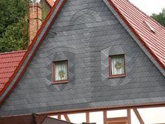 Geschmückte Dachfenster eines Fachwerkhauses. Schiefer-Fassadenbekleidung durch die Dachbau Teuchler GmbH in Könnern (06420) | Dachdecker.com