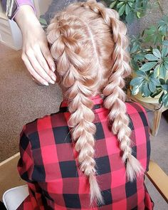 A cóż to za piękności?  Taak to moja fit-idolka  @codziennie_fit   I moja łapka  złapana w trakcie pracy  Kocham warkocze!   #ilovemyjob #hairinspiration #braids #gymhair #longhair #blonde #girl #instagood #instamoment #pic #photo #atwork #hairlove