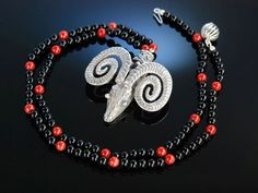 Art nouveau necklace with onyx, coral and a silver ram pendant! Art Deco um 1930! Kette Widder Kopf Onyx Koralle Silber, Antikschmuck bei Die Halsbandaffaire