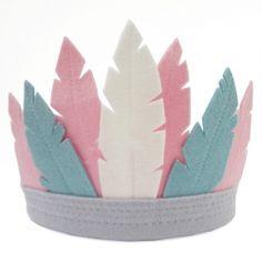Kids headpiece with felt feathers. Verentooi met roze en blauwe veren van vilt voor kinderen. Made by Essie's www.essies.net