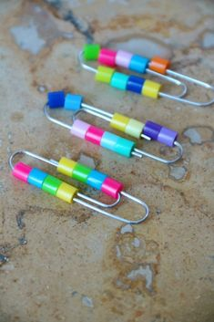 Kids and adults alike can use this Fidget Paper Clip Craft to help with attention and sensory needs in the classroom, at work or at home. Homemade Fidget Toys, Diy Fidget Toys, Diy Toys, Fun Crafts, Crafts For Kids, Paper Crafts, Paper Toys, Creation Bougie, Paperclip Crafts