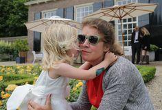 De mooiste beloning: een kus van het bruidsmeisje (Buitenplaats Amerongen. Foto: Peter Kos)