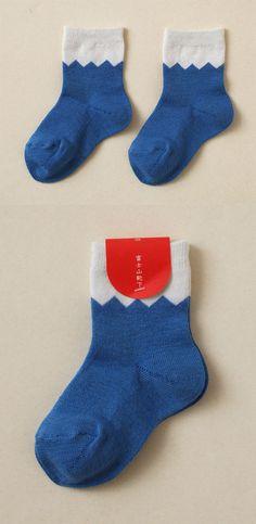 【富士山 靴下(中川政七商店)】/富士山をモチーフにした、お子様用の靴下です。白と青の富士山カラーの色使いと、雪部分のギザギザが、富士山を思わせるデザインになっています。普段使いはもちろん、おめでたい日の装いのポイントにもおすすめです。 #fujisan #mtFUJI #fujisanmono