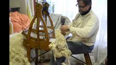 La cardatura della lana con la lavorazione tradizionale a mano