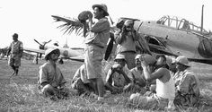 Japanese troops drinking coconut juice with a parked Jap Zero. Aircraft Photos, Ww2 Aircraft, Independence War, Navy Air Force, Imperial Japanese Navy, Fun World, Army & Navy, Aviation Art, Private Jet
