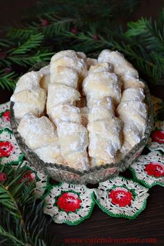 Cornulete fragede - CAIETUL CU RETETE Romanian Desserts, Romanian Food, Sweets Recipes, Cake Recipes, Cooking Recipes, Peach Cookies, Homemade Sweets, Cata, Food Cakes