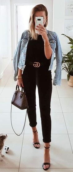 Look com jaqueta jeans - Gucci Sweater - Ideas of Gucci Sweater - Calça skinny preta blusa preta cinto gucci jaqueta jeans e sandália preta de tiras. Gucci Outfits, Chic Outfits, Summer Outfits, Fashion Outfits, Woman Outfits, Black Gucci Belt, Gucci Leather Belt, Black Leather, Black Belt