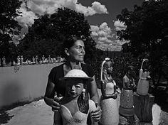 """""""Do Pó da Terra"""", fotografias sobre a história das ceramistas do Vale do Jequitinhonha, em Minas Gerais, Brasil. Zezinha, comunidade de Coqueiro Campo.  Fotografia: Maurício Nahas.  http://gshow.globo.com/tv/noticia/2016/09/mauricio-nahas-mostra-imagens-marcantes-de-sua-carreira-no-telao-do-domingao.html"""