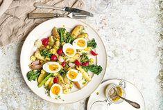 Bramborový salát s vejcem si nejlépe vychutnáte se zálivkou z hořčice, medu a vinného octa. Je svěží, lehký, ale zároveň zasytí, díky dostatečnému množství brambor a vajec. #recept #salat #brambory #vejce #recipe #salad #potato #egg Cobb Salad, Food, Essen, Meals, Yemek, Eten