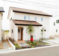 What a cutie! Minimal House Design, Minimal Home, Small House Design, Japan Modern House, Japan House Design, Spanish Style Homes, Cute House, Home Room Design, Sims House