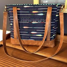 Check out this gorgeous made by Georgi. The combination of with leather make this bag look so crisp! Diy Leather Tote, Leather Purses, Diy Bags Purses, Purses And Handbags, Diy Handbag, Craft Bags, Handmade Handbags, Bag Patterns To Sew, Fabric Bags