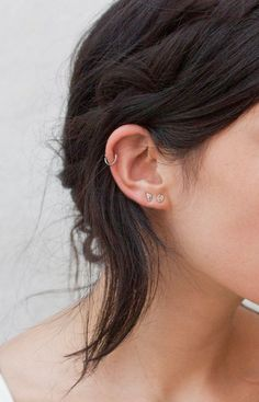 Thinking of getting your next ear piercing? Here are 16 (compelling) reasons why it should definitely be a helix ear piercing. Piercing Oreille Cartilage, Faux Piercing, Helix Piercings, Piercing Cartilage, Cute Ear Piercings, Unique Piercings, Double Ear Piercings, Ear Peircings, Double Cartilage
