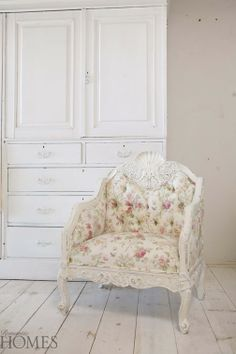 How to Choose an Accent Chair: Romantic Homes Furniture Shabby Chic Homes, Shabby Chic Style, Shabby Chic Decor, Shaby Chic, Floral Accent Chair, Accent Chairs, Country Cottage Living Room, Cottage Chic, Couch With Ottoman