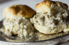 How to make biscuits and sausage gravy in a slow cooker (video)