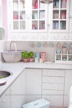 wunderschöne, weiß-bunte Küche