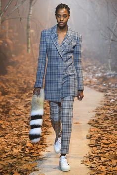 Off-White Fall 2017 Стилист Канье Вэста очень старался и получилось отлично - костюм двойка с удобным кроем и посадкой + клетчатый принт и кроссовки. Вариант не только для офиса, если сочетать под пиджак яркую кофту+броский макияж и массивные аксессуары - лук будет отличным вариантом на вечернюю тусовку. Ткани такого принта уже раскупают модницы-рукодельницы. В этом году, хорошо забытое старое возвращается на подиумы! Мой вариант за практичность, стиль и вариативность.