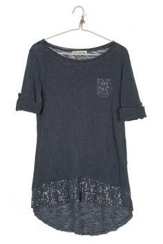 camiseta de manga larga con botones para convertirla en manga francesa. En color azul petroleo y efecto desgastado,  detalle del bajo y un bolsillo delantero con costuras deshilachadas y  lentejuelas del mismo tono.  composición: 95% algodón y 5% elastán