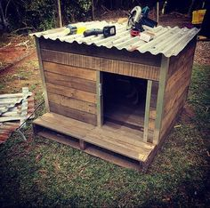 low-cost wooden pallet doghouse Rustic Dog Houses, Wooden Dog House, House Dog, Pallet Dog House, Build A Dog House, Dog House Plans, Goat House, Outdoor Dog Houses, Dog Runs
