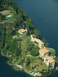 villa del Balbianello, Lake Como, Italy, aerial view photo by George Mathieu 2009-08 via flickr 3886703977