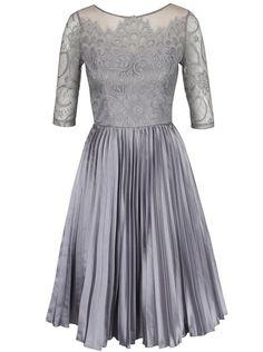 Sivé šaty s čipkovaným topom a lesklou plisovanou sukňou Chi Chi London  Hilary a7faeaa438d