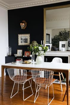 The Bertoia chairs around the simple parson's dining table. Salle à manger Chaises Harry Bertoia Peinture Bleue Miroir Table Appartement Neuilly Amélie Colombet Interior, Family Dining Rooms, Dining Room Makeover, Dining Room Chairs, Apartment Living Room, Home Decor, Apartment Decor, Farmhouse Dining Rooms Decor, Modern Farmhouse Dining Room