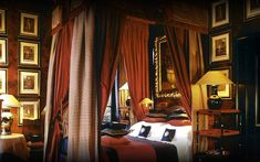 A look at 18 dramatic bedrooms with fantastic canopy bed designs of all styles from around the world by top interior design professionals. Boudoir, London Hotels, Classic Interior, Hotel Suites, Black Walls, Beautiful Bedrooms, Home Bedroom, Bedroom Decor, Decoration