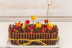 Pour fêter les beaux jours ! Je me suis inspirée des décorations de jardinières postées sur internet et ai pris comme base le gâteau lapin au chocolat. J'ai hésité pour la cuisson entre 20 et 30 minutes et ai mis 30 minutes. Si je dois le refaire, je m'arrêterais à 20. Ne programmez 20 minutes que si le faites la veille et décorez-le au dernier moment. Je propose cette recette au DéfiCompile moi un menuorganisé par Nath du blog «Une cuisine pour VooZeNoo» et Sandra du blog «Encor...