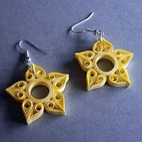 Make yourself these lovely sun earrings out of paper Quiling Earings, Paper Quilling Earrings, Paper Quilling Flowers, Quilling Work, Paper Quilling Patterns, Quilling Paper Craft, Diy Earrings Paper, Paper Jewelry, Beaded Jewelry