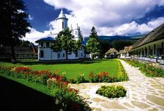 Lucruri minunate in imagini - Page 51 - Forum Crestin Ortodox - Mănăstirea… Visit Romania, Holiday Destinations, True Beauty, Most Beautiful Pictures, Golf Courses, Sidewalk, Mansions, Country, House Styles