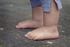 A new study reveals children who are habitually barefoot show significantly different motor skills between the ages of than those who are habitually shod. Researchers report those who are habitually barefoot have better balance and jumping skills. Best Baby Shoes, Baby Boy Shoes, Boys Shoes, Going Barefoot, Walking Barefoot, Baby Must Haves, Toddler Proofing, Baby Lernen, Baby Images