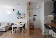 הרהיט מסתיר את מתלה המעילים שבמבואה. מצדו השני שולחן אוכל נפתח מ''איקאה'', כסאות רטרו שחורים, מנורה לבנה שנצבעה טורקיז והדפסים שיצרו המעצבים בסגנון יפני ( צילום: אביעד בר נס )