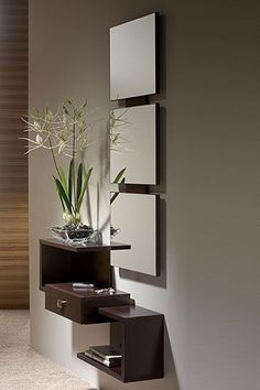 Shiito le presenta este mueble de entrada que se compone por un original espejo, y un mueble con repisa y cajón de diseño moderno y ligero, que se ajusta a las necesidades de su hogar. Se encuentra disponible en varios colores: walnut, wengué y ceniza xacobeo.: