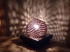 Lampe de table ethnique en noix de coco sculptée