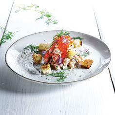 Omvänd toast Skagen med kräftor | ELLE Mat & Vin Skagen, Dinner Invitations, Feeling Hungry, Starters, Cobb Salad, Toast, Food Photography, Appetizers, Potatoes