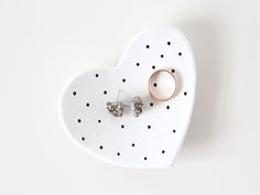 Looking for a unique gift without a hefty price tag? Here's how to make mom a gorgeous #DIY jewelry dish to organize her jewels and baubles this #mothersday