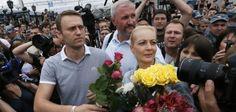 Auf freiem Fuß - aber politisch erledigt: Der Oppositionsführer Alexej Nawalny mit seiner Frau in Moskau, nachdem das Gericht seine Haftstr...