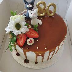 Syntymäpäiväkakku kissafanille. . . #syntymäpäiväkakku #täytekakku #kinuskikakku #kissakakku Berries, Baking, Cake, Desserts, Instagram, Food, Tailgate Desserts, Deserts, Bakken
