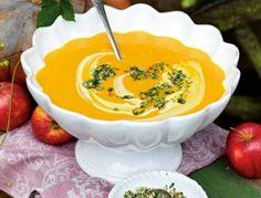 Das Rezept für Kürbis-Kartoffel-Suppe mit Mandelpesto und weitere kostenlose Rezepte auf LECKER.de