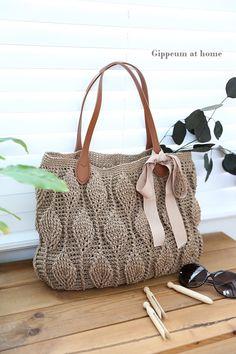 코바늘 손뜨개 나뭇잎 가방 만들기 : 네이버 블로그 Crochet Clutch, Crochet Handbags, Crochet Purses, Knit Crochet, Knitted Bags, Crochet Fashion, Clutch Purse, Fashion Bags, Leather Bag