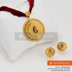 Light up your look with this Pendant set. Gold Pendent, Pendant Set, Gold Earrings Designs, Gold Jewellery Design, Gold Jewelry Simple, Malu, Jewelry Patterns, Beaded Jewelry, Gold Necklace