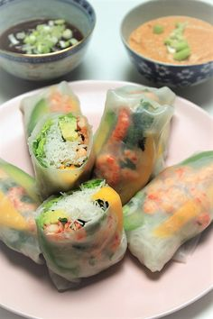 Springrolls recept met dipsausjes van Foodblog Foodinista Healthy Drinks, Healthy Snacks, Healthy Recipes, Rice Paper Recipes, Good Food, Yummy Food, Happy Foods, Spring Rolls, Vegan