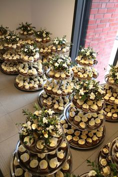 Dessert Stand, Dessert Buffet, Dessert Bars, Party Platters, Food Platters, Buffet Table Settings, Reception Food, Wedding Cakes With Cupcakes, Party Table Decorations